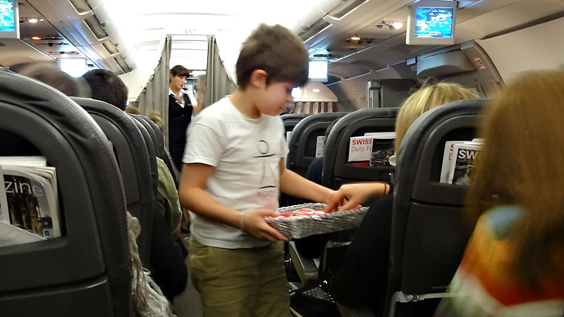 Die Passagiere werden mit Swiss-Schocki versorgt